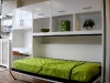 lova-sienoje-horizontali-su-lentynomis-stalas-rasomasis-prie-lovos